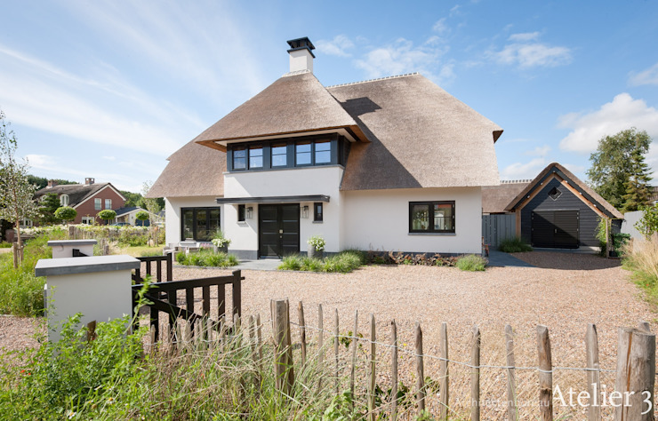 宽敞舒适的茅草屋顶小屋