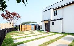 现代双层住宅,太多的窗户,限制了墙壁空间,提供了丰富的自然照明