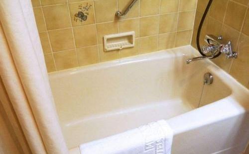 如何在整體浴缸和淋浴房里安裝扶手?