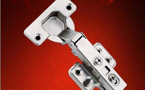 如何在一扇轻的空心门上安装两个铰链?