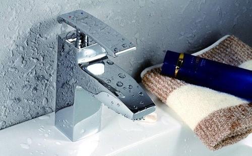双开门水龙头的安装步骤和水槽中旋转水龙头的安装方法