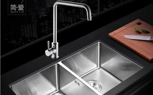 壁挂式水槽的下水管如何藏起来?用布艺装饰壁挂式水槽出水管