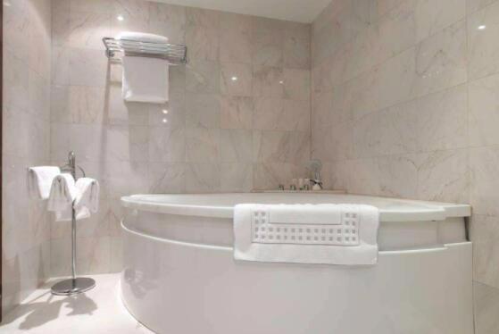 浴缸的水放不出去怎么办?爱洗澡的我竟然不知道浴缸的水怎么放掉的?